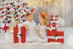 Wesoło bożych narodzeń i Szczęśliwych wakacji małego dziecka Śliczne dziewczyny dekoruje białej zielonej choinki indoors z mnóstw Obrazy Stock