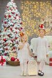 Wesoło bożych narodzeń i Szczęśliwych wakacji małego dziecka Śliczne dziewczyny dekoruje białej zielonej choinki indoors z mnóstw Obraz Stock
