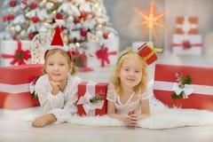 Wesoło bożych narodzeń i Szczęśliwych wakacji małego dziecka Śliczne dziewczyny dekoruje białej zielonej choinki indoors z mnóstw Zdjęcia Stock