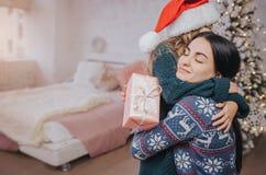 Wesoło bożych narodzeń i Szczęśliwych wakacji Rozochocona mama wymienia prezenty Rodzic i małe dziecko Obraz Royalty Free