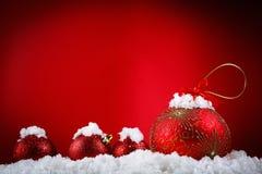 Wesoło bożych narodzeń pojęcia piłki w śniegu, powitanie Fotografia Royalty Free