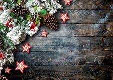 Wesoło bożych narodzeń rama z zieloną sosną, kolorowymi baubles i gwiazdami, Fotografia Stock