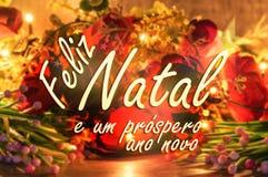 Wesoło bożych narodzeń wiadomość w portugalczyku Kwiatów i świateł tło Fotografia Stock