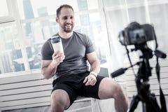 Wesoło męski blogger relaksuje po treningu fotografia royalty free