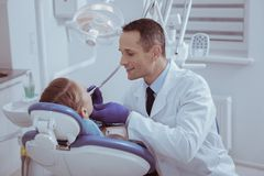 Wesoło męskiego dentysty rekonesansowy oralny zagłębienie zdjęcie stock