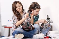 Wesoło małe dzieci używa gadżety i przyrząda w domu zdjęcia stock