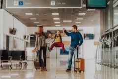 Wesoło rodzina ma zabawę z dzieciakiem przy lotniskiem fotografia stock