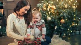 wesoło szczęśliwi Boże Narodzenie wakacje Mama i córka dekoruje choinki indoors zdjęcie wideo