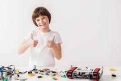 Wesoło uśmiechnięty męski dzieciak pokazuje ok znaka Fotografia Royalty Free