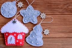 wesołych Świąt, więcej toreb, Świąt oszronieją Klaus Santa niebo Bożenarodzeniowe dekoracje na brown drewnianym tle z kopii przes Obrazy Royalty Free