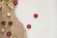 wesołych Świąt Zima wakacji pojęcie - wygodny dom, piłki, konusuje Złoty temat Fotografia Royalty Free