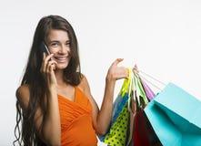 Wesoło kobieta na zakupy podczas sezonowych rabatów Obrazy Stock