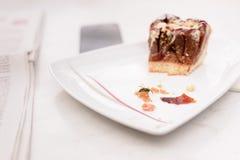 Wespe auf Krume der Scheibe des Kuchens auf Platte Stockfoto