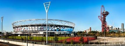 West Ham stadion och ArcelorMittal står högt med glidbanan för olympics arkivbilder