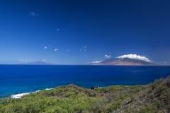 West-Maui-Berge vom Südufer Sie werden immer mit den Fahrzeugen des Besuchers gefüllt Lizenzfreie Stockbilder