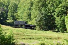 West-NC-Gebirgsbauernhof, -scheune und -feld Stockbilder