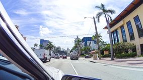 WEST PALM BEACH, Флорида -7 май 2018: Дорога с автомобилями на Palm Beach, Флориде, Соединенных Штатах стоковая фотография rf