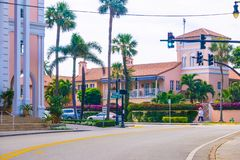 WEST PALM BEACH, Florida -7 im Mai 2018: Die Straße mit Autos am Palm Beach, Florida, Vereinigte Staaten stockbilder
