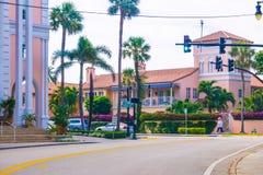 WEST PALM BEACH Florida -7 Maj 2018: Vägen med bilar på Palm Beach, Florida, Förenta staterna arkivbilder