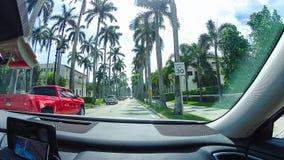 WEST PALM BEACH, la Florida -7 mayo de 2018: El camino con los coches en el Palm Beach, la Florida, Estados Unidos fotografía de archivo