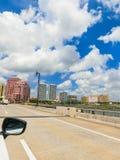 WEST PALM BEACH, la Florida -7 mayo de 2018: El camino con los coches en el Palm Beach, la Florida, Estados Unidos fotografía de archivo libre de regalías
