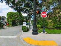 WEST PALM BEACH, la Florida -7 mayo de 2018: El camino con los coches en el Palm Beach, la Florida, Estados Unidos foto de archivo libre de regalías