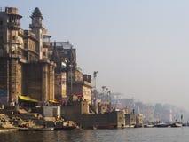Westbank des heiligen Gangess in Varanasi, Indien Lizenzfreie Stockfotos