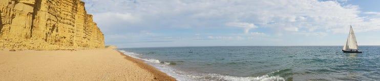 Westbay, Dorset Barca che naviga vicino alla spiaggia Fotografia Stock Libera da Diritti