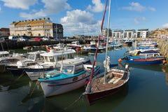 Westbucht Dorset-Hafen mit Booten an einem ruhigen Sommertag Lizenzfreie Stockfotografie