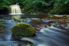 WestBurton fällt, Yorkshire-Täler NP, Großbritannien lizenzfreie stockfotos