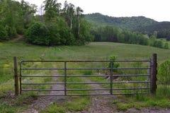 Westelijk het landbouwbedrijfgebied met poorten van het land van NC landelijk stock fotografie
