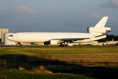 Westelijke Globale Luchtvaartlijnen M.D.-11 het vrachtvliegtuigvertrek van N415JN bij de Luchthaven van Luik stock foto
