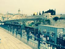 Westelijke (loeiende) Muur met Gedaan van de Rots verafgelegen, Jeruzalem, Israël vanuit een verschillend perspectief Stock Afbeeldingen
