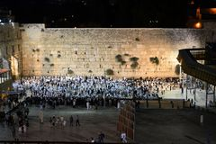 Westelijke Muur, Kotel, Loeiende muur Jeruzalem op Yom Kippur, Joden die zich voor gebed ISRAËL verzamelen stock afbeelding