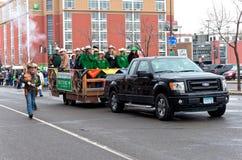 Westenwindautocolonne in de Winter Carnaval Stock Foto