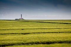 与著名Westerheversand灯塔的美好的风景在北海,德国 库存照片