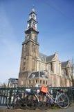 Westerkerk在有自行车的阿姆斯特丹在前景 免版税库存图片