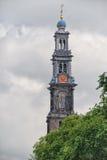 Westerkerk钟楼和运河视图在阿姆斯特丹 它是在阿姆斯特丹的Jordaan分配旁边 免版税库存照片