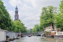 Westerkerk钟楼和运河视图在阿姆斯特丹 它是在阿姆斯特丹的Jordaan分配旁边 库存照片