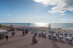 Westerland,德国09 03 2017个人和波儿地克的海滩睡椅在Westerland木板走道和海滩  免版税库存图片