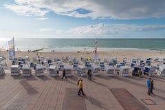 Westerland,德国09 03 2017个人和波儿地克的海滩睡椅在Westerland木板走道和海滩  免版税库存照片