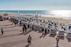Westerland, Niemcy 09 03 2017 ludzi i Baltic plażowych krzesła na boardwalk i plaży Westerland Obrazy Stock