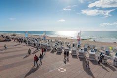 Westerland, Niemcy 09 03 2017 ludzi i Baltic plażowych krzesła na boardwalk i plaży Westerland Fotografia Stock