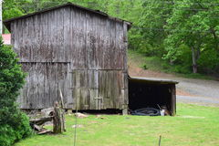 Western NC rural country mountain barn with a side lean-to royalty free stock images