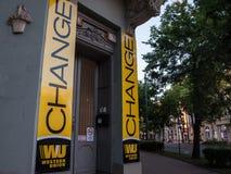 Western Union logo na ich głównym wekslowym biurze dla Szeged Western Union firma jest Amerykańskim pieniężnych usługa firmą obrazy royalty free
