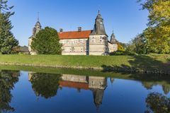 Westerwinkel omgav med vallgrav slotten i Nord-Rhen Westphalia Royaltyfri Fotografi