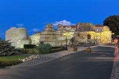 Westfestungsmauer der alten Stadt von Nessebar in der Dämmerung, Bulgarien Stockfotografie