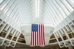 Westfield World Trade Centerarkitektur med att hänga för amerikanska flaggan arkivfoto