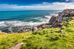 Westfjorde und Berge über dem arktischen Meer, Island Lizenzfreie Stockfotografie