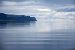 Westfjords av Island på midnatt Arkivbild